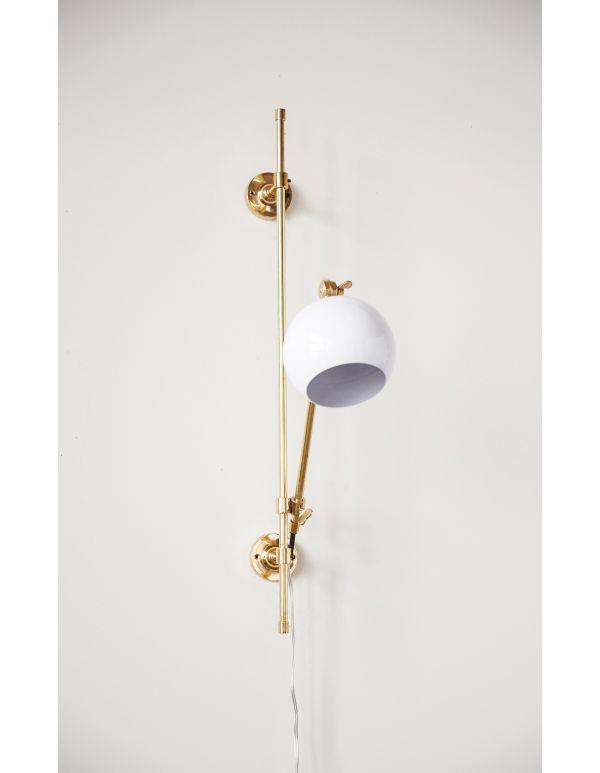 Lámpara de muro brazo dorado con pantalla blanca